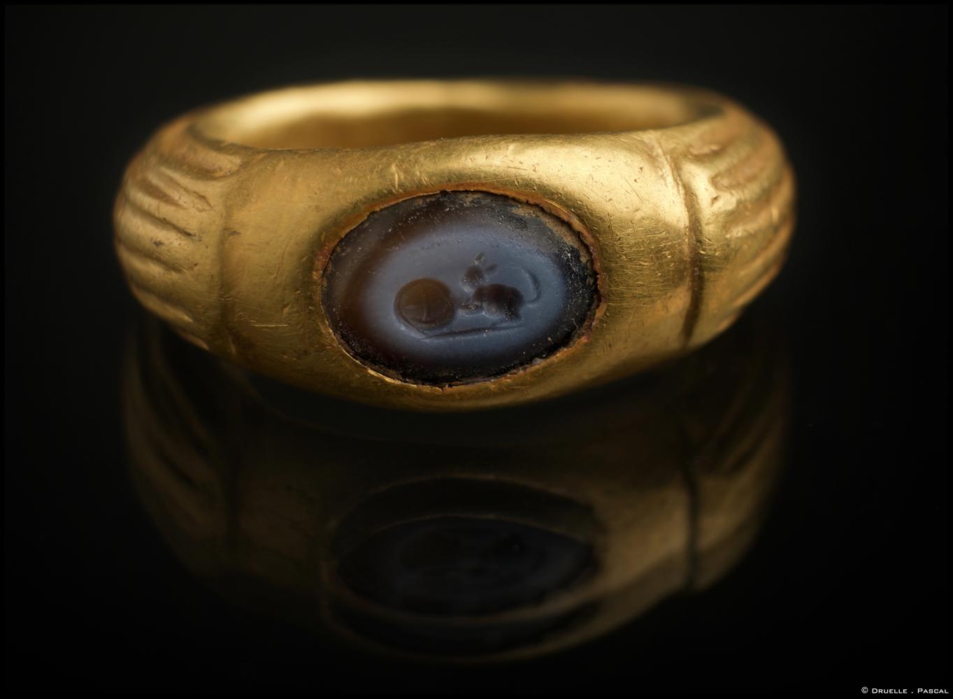 Les archéologues de l'Inrap découvrent une tombe étrusque en hypogée à Aleria–Lamajone Objet-corse-8
