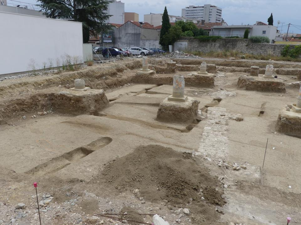 Vue générale des enclos funéraires situés au nord de l'emprise (avec restes des colonnes de l'ancienne poste).