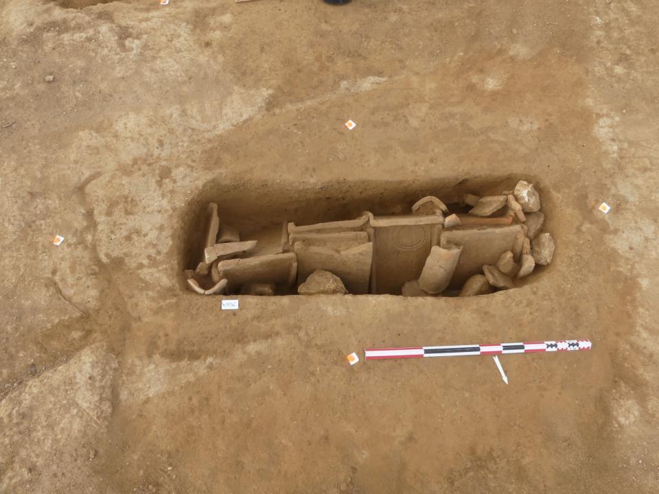 Dans le groupe funéraire nord-est, la tombe en bâtière la mieux conservée recelait le squelette d'un individu de sexe féminin.