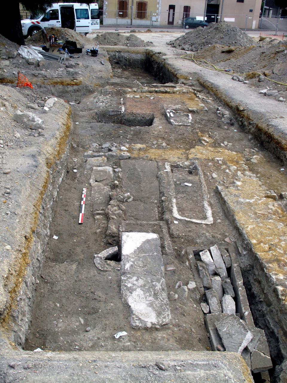 Vue des murs de la basilique et des sarcophages disposés à l'intérieur et à l'extérieur