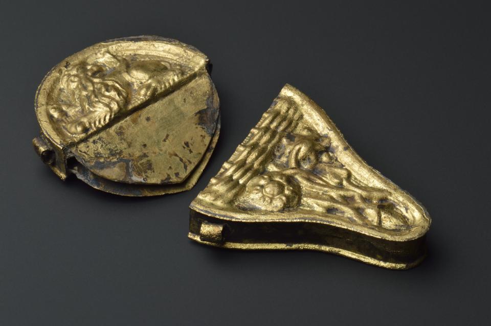 Étui à besicles en laiton. Petite boîte en métal protégeant des besicles, ces lunettes sans branches et articulées en leur centre se portant pincées sur le nez. Moyen Âge (contexte XVe siècle).