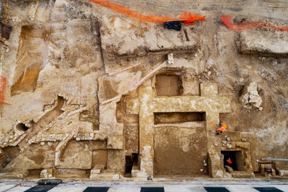 Les vestiges de l'ancien château médiéval (La Malmaison), dont la tour carrée (à l'arrière du logis royal).