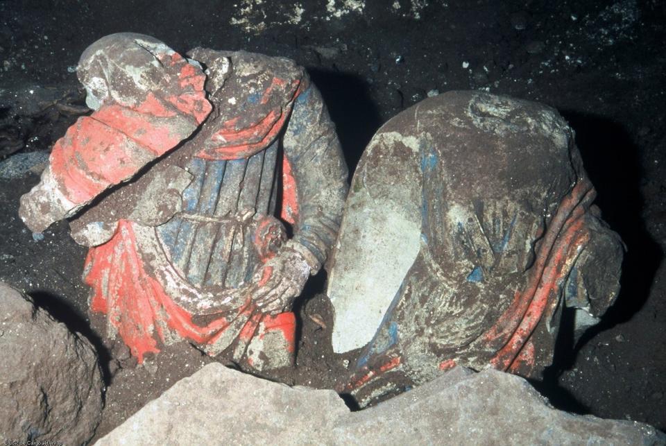 Découverte de deuxstatues datées du XVIe siècle, ou de la fin du XVe siècle dans l'église Saint-Félix, Landos (Haute-Loire), 2003.