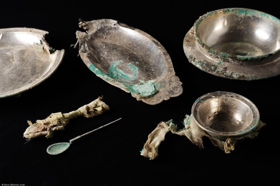Une partie du dépôt d'argenterie découvert dans une cave gallo-romaine, IIe-IIIes.de notre ère,fouille du tramway à Reims (Marne), 2009.  Composé de vaisselle de bronze revêtue d'une tôle d'argent,le dépôtcomprend deux plats ronds dont un à décor per