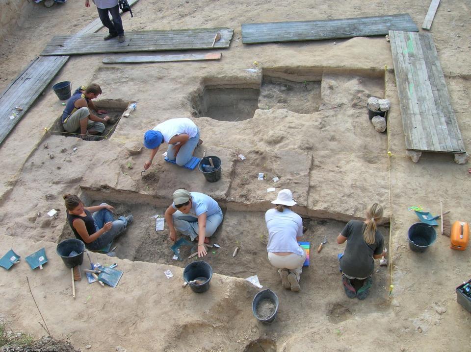 Fouille fine d'un site de boucherie du Paléolithique moyen à Caours (Somme), 2005-2007.La zone fouillée est divisée en carrés. Chaque carré est décapé à la main et fait l'objet d'un relevé.   Photo publiée dans l'ouvrage La France racontée par les archéo