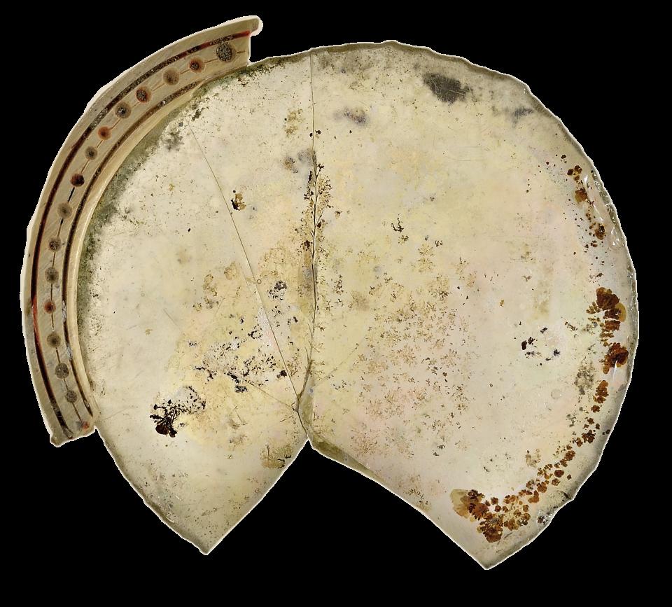 Verre et monture de lunette en os, découverts dans le vide sanitaire sous les stalles de l'arrière-chœur.