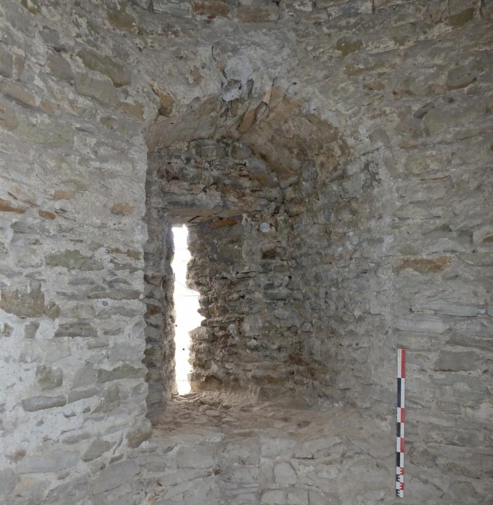 Archère à niche du niveau médian (ou 2) de la tour sud-est, vue vers le sud-est.