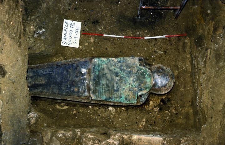 Le sarcophage en plomb de Thomas Craven lors de sa découverte en 1986 dans l'ancien cimetière protestant de Charenton
