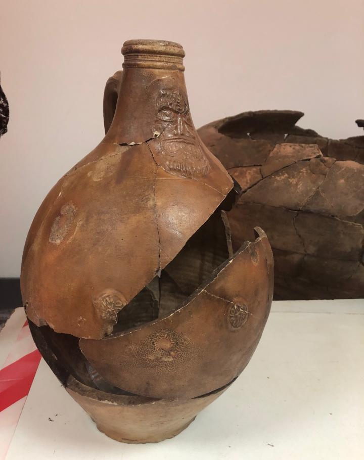 Cruche en grès rhénan du type Bartmann associé aux deux jarres qui formaient la tombe.