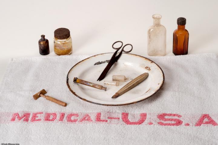 Matériel médical de l'US Army provenant de l'ancien hôpital militaire américain (1917-1919) à Saint-Parize-le-Châtel. © Denis Gliksman, Inrap