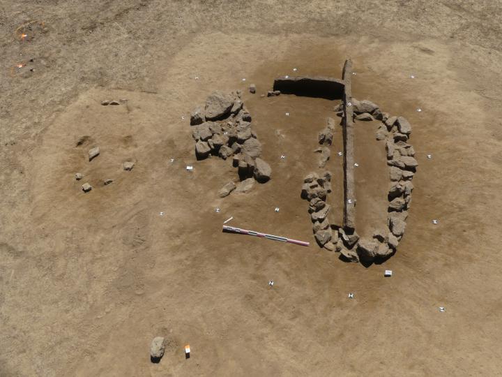 Vue zénithale sur trois tombes de l'âge du Bronze avec coffrage en pierres (après nettoyage).