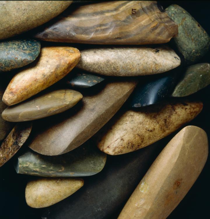Lames de haches polies découvertes sur différents sites des Côtes-d'Armor.