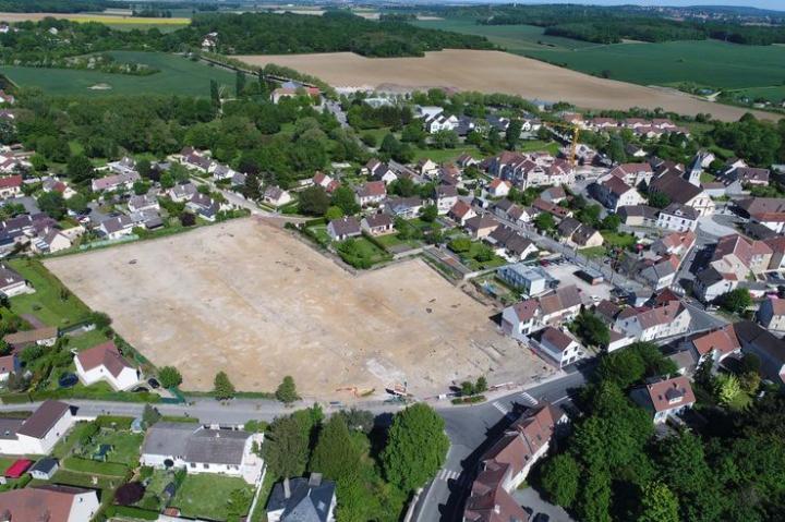 Vue aérienne du village de Moussy et de son chantier