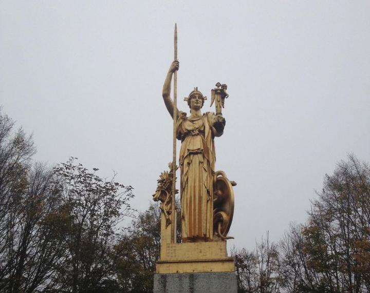 l'Histoire saluant la Protohistoire (Porte dorée)
