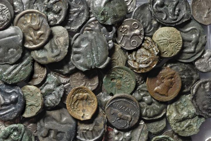 Ensemble de monnaies gauloises et romaines découvertes sur le site de Bibracte