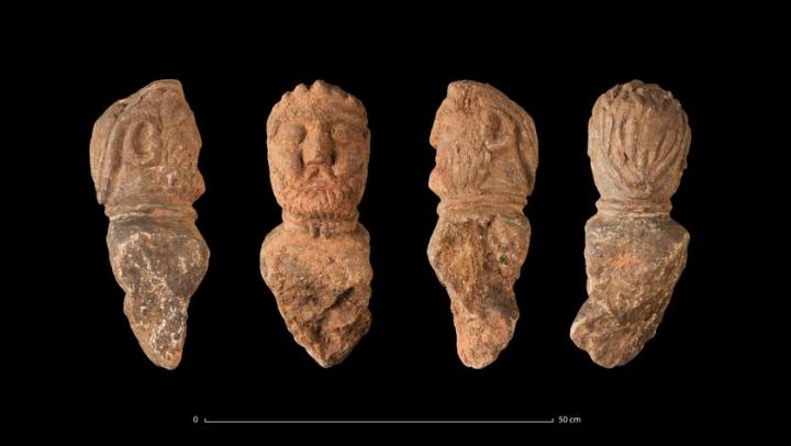 Quatre vues du buste d'un aristocrate gaulois avec un torque, retrouvé enfoui dans une fosse (Ier siècle avant notre ère)