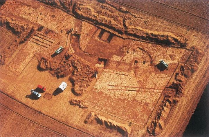 Porte orientale du camp C, pendant la fouille du site archéologique d'Alésia (vers 1992)
