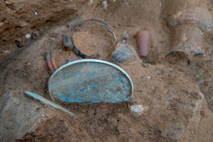 Deux miroirs dans une partie du dépôt funéraire de la tombe étrusque d'Aléria