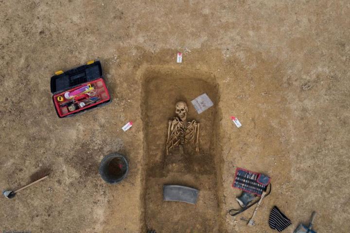 Vue zénithale d'une sépulture du IVe s. avant notre ère en cours de fouille, Buchères (Aube)