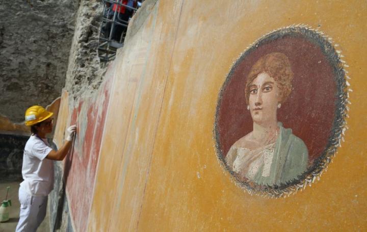 Découverte récente d'une fresque du médaillon d'une femme patricienne à Pompéi