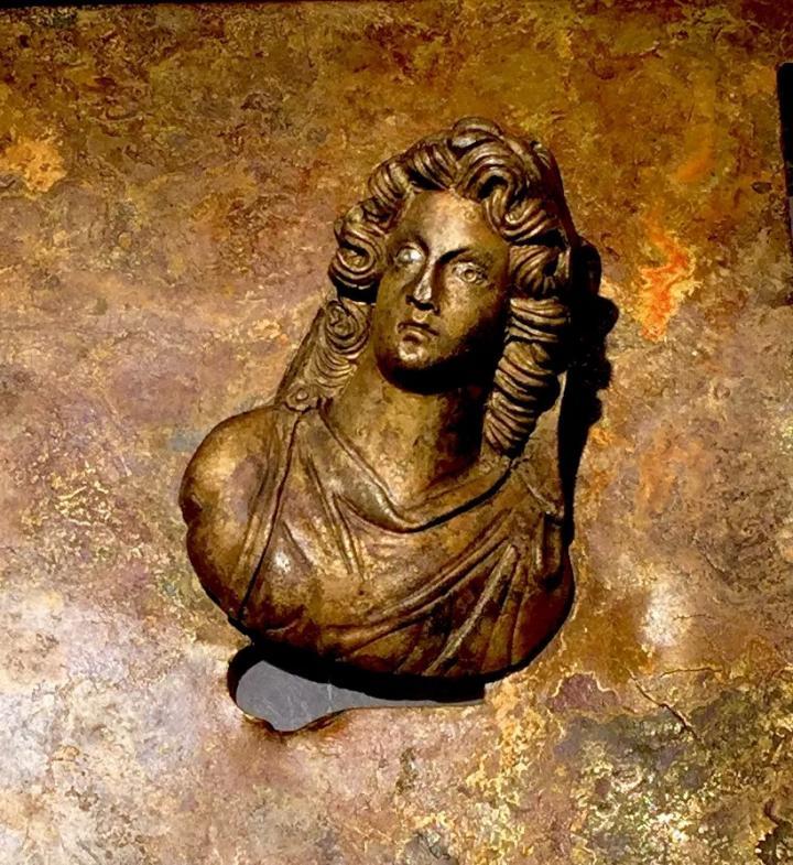 détail d'un buste antique découvert dans un puits romain sur la fouille de Châteaumeillant (Cher)