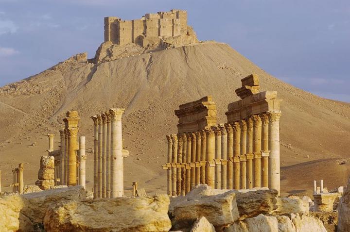 Site de Palmyre (Syrie) - Classé au patrimoine de l'UNESCO - 1er-2e siècle de notre ère. En arrière-plan, fortifications arabes, Qal'at ibn Ma'an, datant du 16e-17e siècle de notre ère