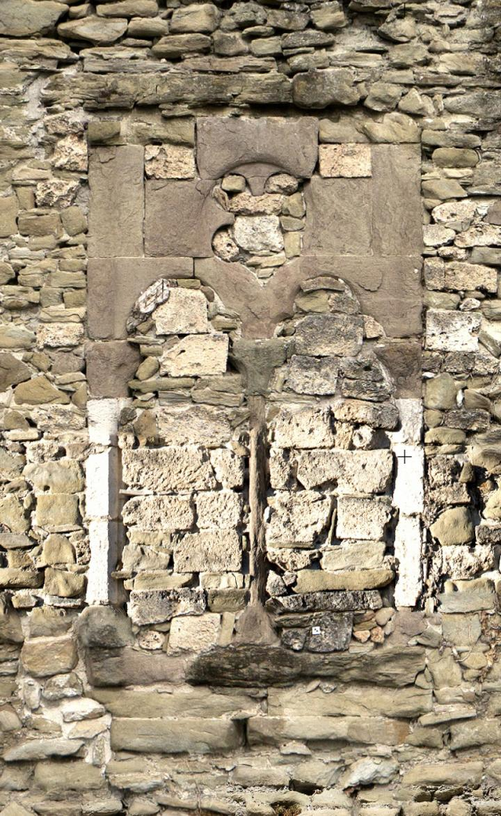 Baie ouest de la grande salle du bâtiment sud, fin du XIIIe-début du XIVe siècle. La fenêtre est haute de 3,80 m et large de 1,90 m. Elle a été murée au XIXe siècle.