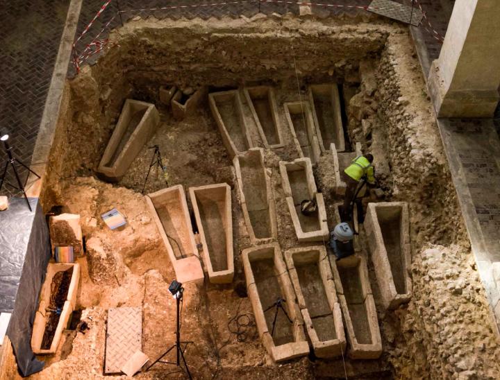 Sondage au milieu de la nef de l'église de Saint-Martin-au-Val, sarcophages mérovingiens en cours de fouille.