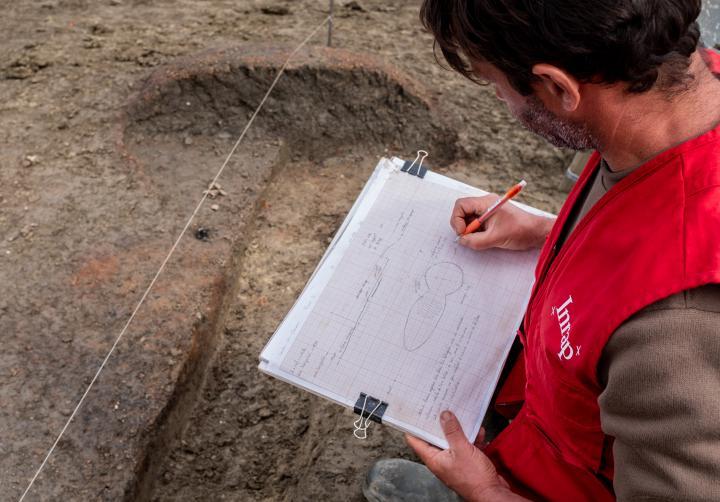 Réalisation d'un relevé planimétrique et dessin en coupe d'un vestige de four datant du Haut Moyen Age (VIIIe-XIIe siècles)