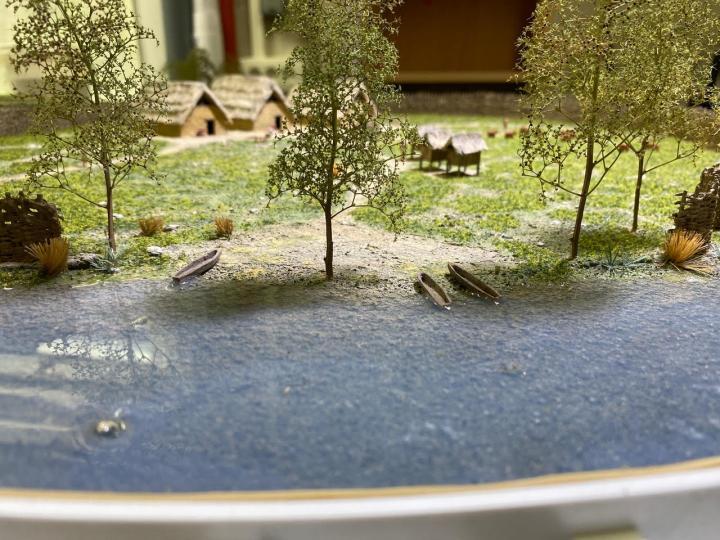 Détail d'une maquette présentant un village-type du Néolithique en France présentée dans l'exposition La Terre en héritage.