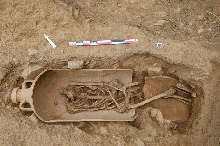 Inhumation en amphore. Ces amphores sont majoritairement des productions africaines.