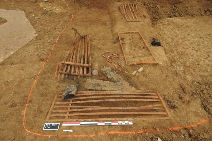 Dans une fosse peu profonde, des restes de sommiers métalliques témoignent du quotidien de la garnison.