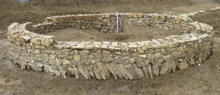 La construction maçonnée (mausolée ?) complétement fouillée et dégagée.