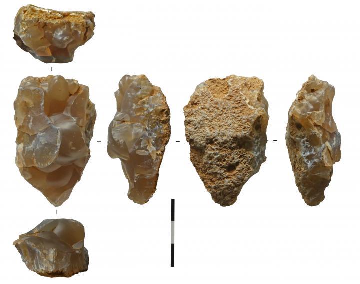 Fragment de géode de silex translucide d'origine lacustre. A-t-elle été aménagée autour de ses volumes naturels aux formes évocatrices ?