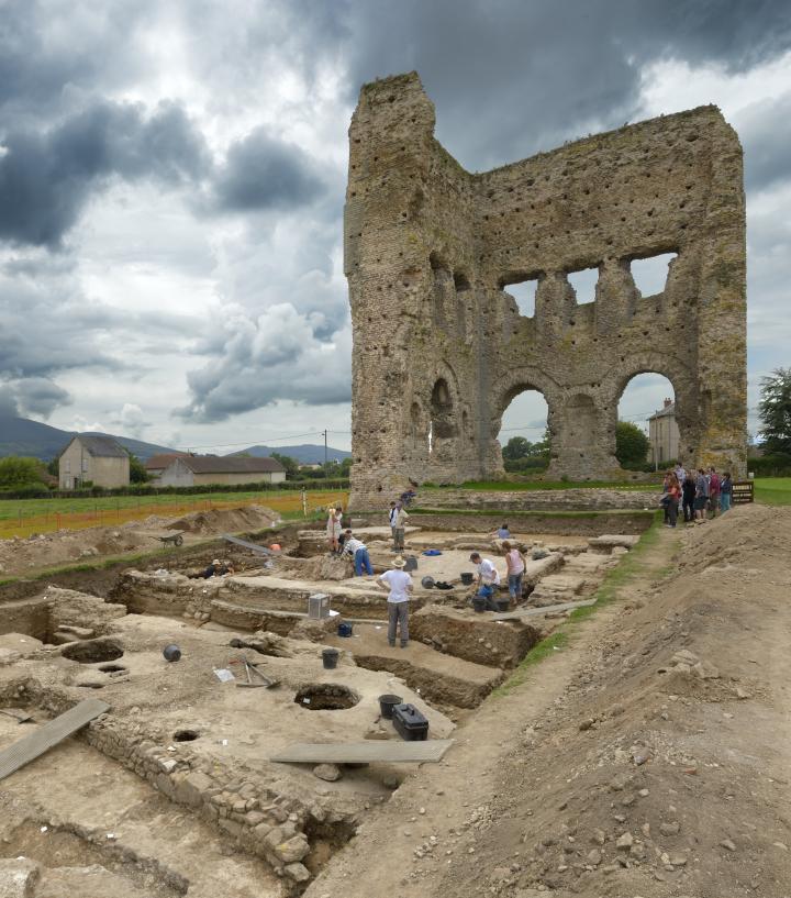 Campagne de fouilles menée en 2014 à l'est de la cella du temple dit de Janus conservée en élévation.