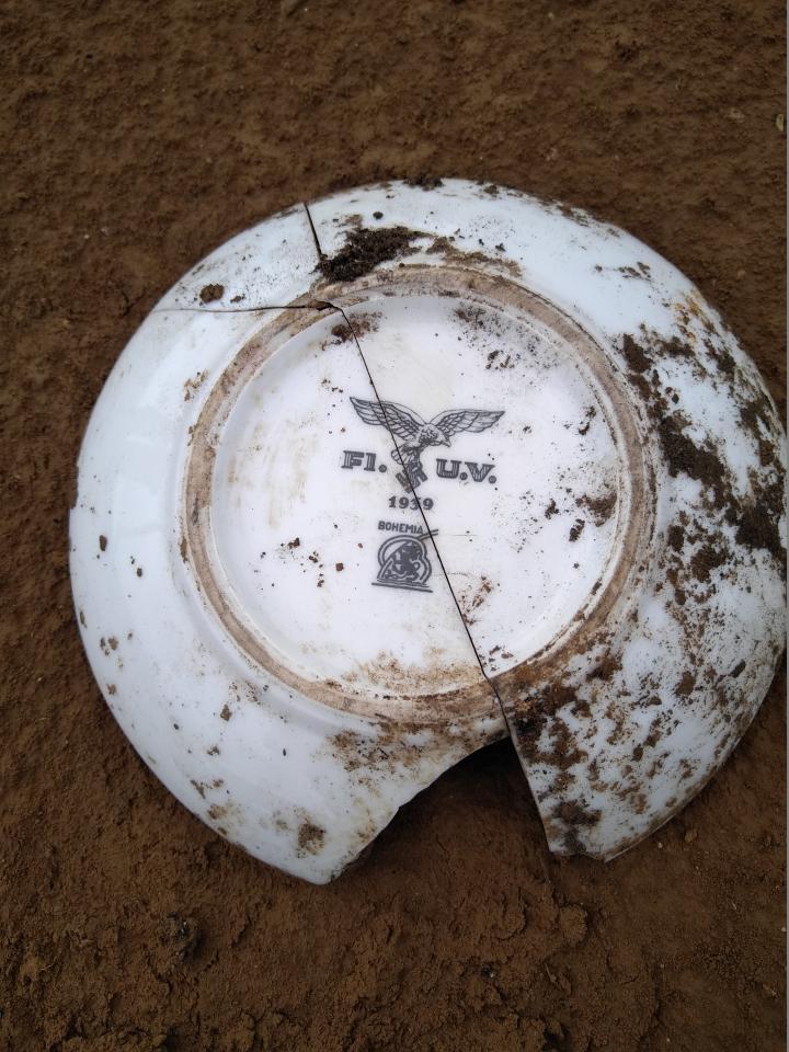 Vaisselle réglementaire de l'armée allemande estampillée avec l'aigle caractéristique de la Luftwaffe. Ce mobilier confirme l'identification de l'unité présente sur le site.
