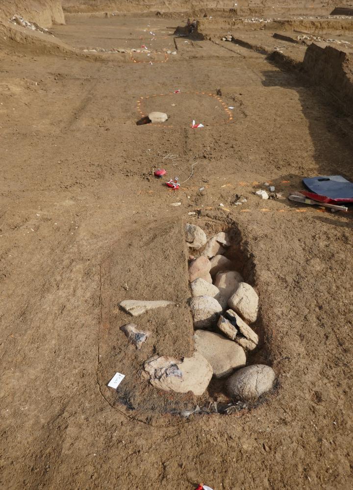 Foyers protohistoriques en cours de fouille. On devine l'alignement.