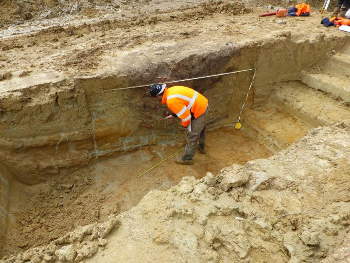 Etude de la coupe d'un fosse gauloise, à Saint-Flour