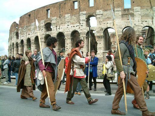 Les Ambiani devant Le Colisée de Rome.© Les Ambiani, 2004