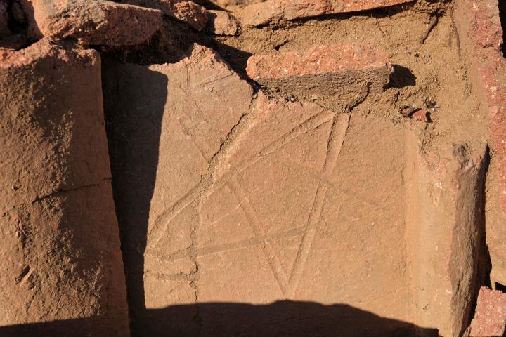 Tombe en bâtière décorée de symboles en traces digitées, détail.