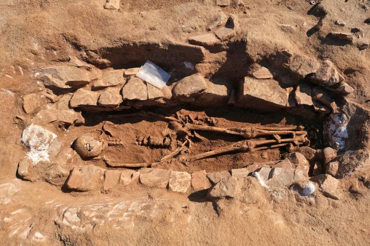 Fouille d'une sépulture en coffre de pierres.