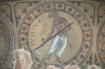 Mosaïque découverte en fouille dans le déambulatoire du chœur de l'abbatiale, et figurant un calendrier zodiacal (début du XIIIe siècle ?) : le faucheur du mois de juin