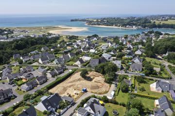 Vue aérienne du site, à proximité du littoral et de l'embouchure de la Laïta.