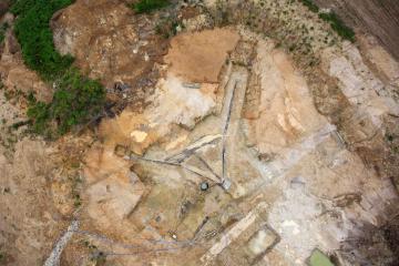 Vue aérienne du système de captage de source constitué de conduites rayonnantes en chêne.