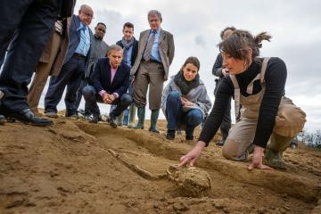 Aurélie Filippetti, ministre de la Culture et de la Communication se félicite de la découverte par l'Inrap de deux nécropoles exceptionnelles