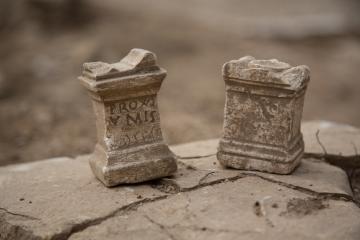 Autels miniatures découverts dans une domus, dont l'un est dédié aux Proxumes (déesses gauloises).