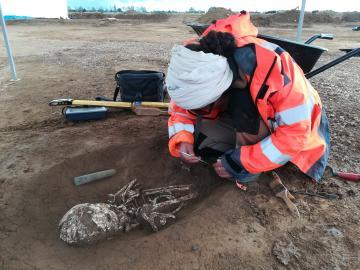 Fouille d'une tombe datant du néolithique (autour de 5300 avant notre ère). Le défunt est accompagné d'une herminette, un outil en pierre polie utilisé pour défricher et cultiver.