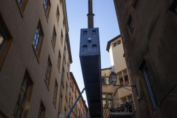 Elévation de la caisse jusqu'au 1er étage du musée Gadagne
