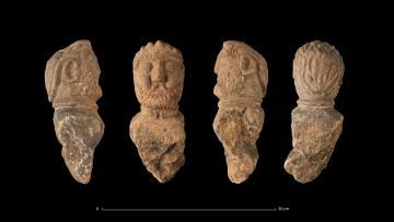 Quatre vues du buste d'un aristocrate gaulois avec un torque, retrouvé enfoui dans une fosse, Ier siècle avant notre ère
