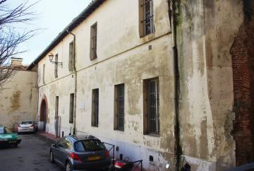 La façade sur la place des Hauts-Murats